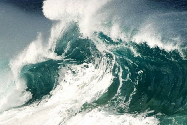 Шторм с высотой волн до 10 метров ожидается в море возле берегов Камчатки
