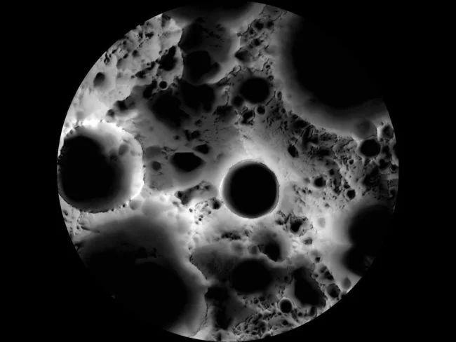 Действительно ли обратная сторона Луны темная?