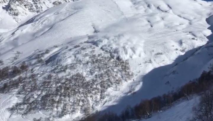 Лавину, накрывшую российского туриста в Грузии, сняли на видео
