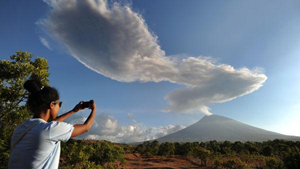 Вулкан Агунг на острове Бали выбросил столб пепла на высоту два километра