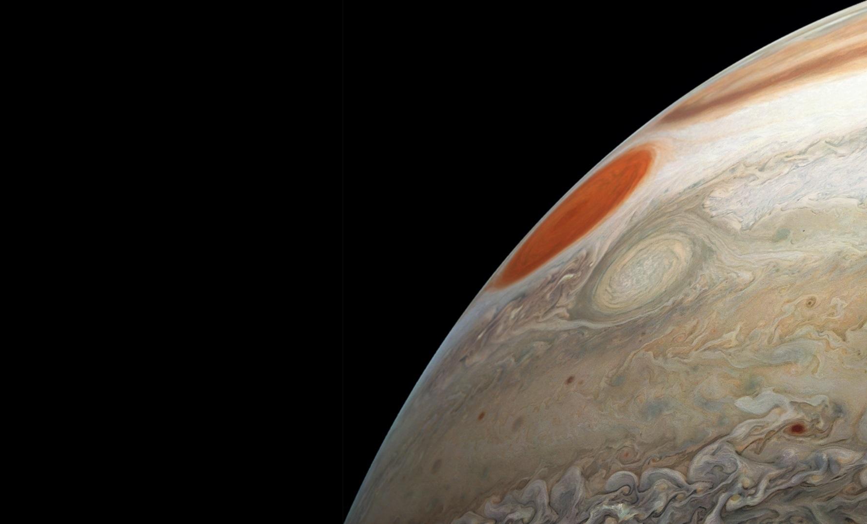 Зонд «Juno» показал сразу два шторма на Юпитере
