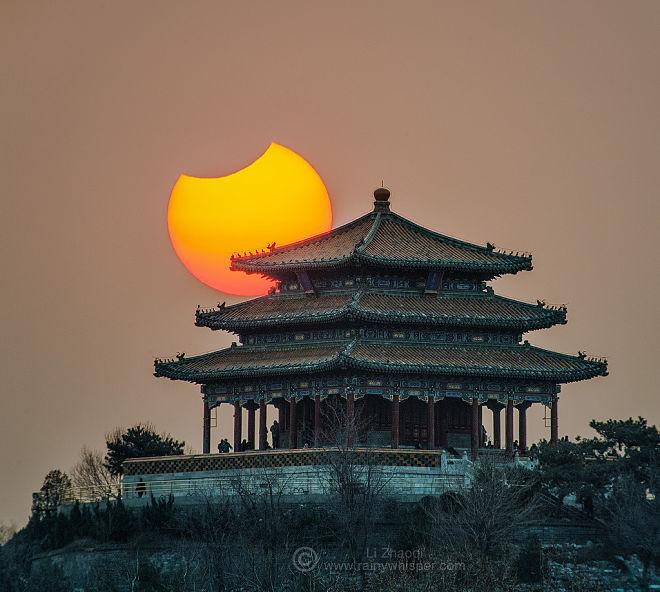Частичное солнечное затмение над Пекином