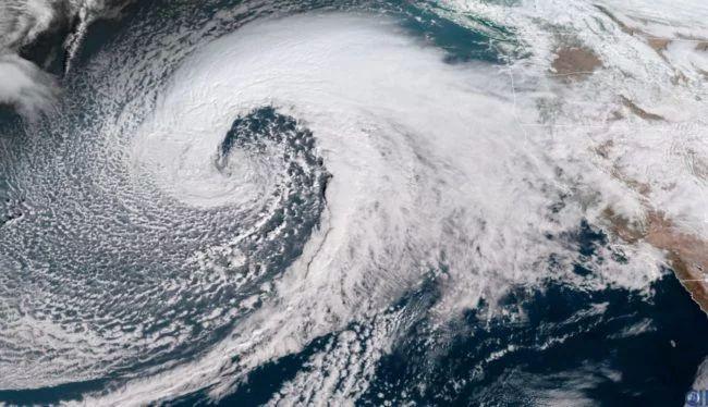 Спутники запечатлели шторм, поднимающий 17-метровые волны в Тихом океане