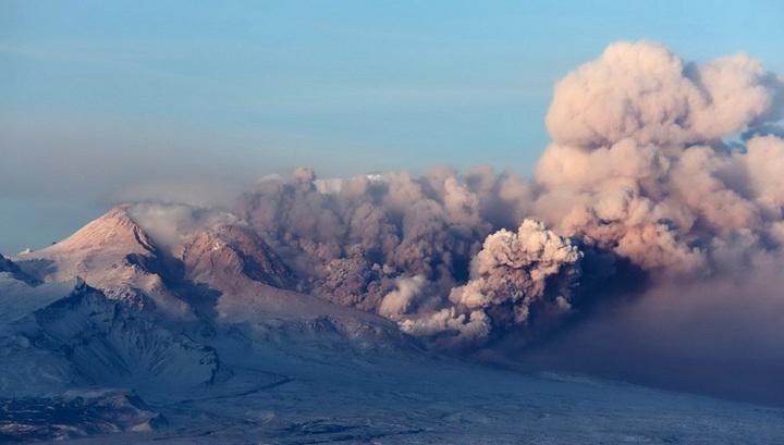 Вулкан Шивелуч выбросил пепел на высоту 5,5 км
