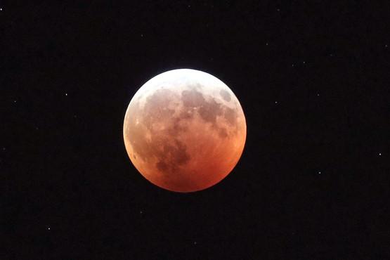 Полное лунное затмение показали в двухминутном видео