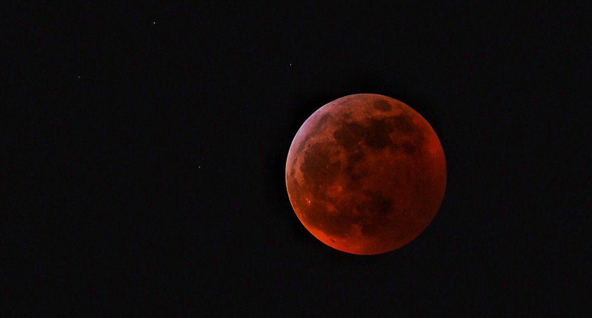 Появилось видео падения метеорита на Луну во время «кровавого» затмения