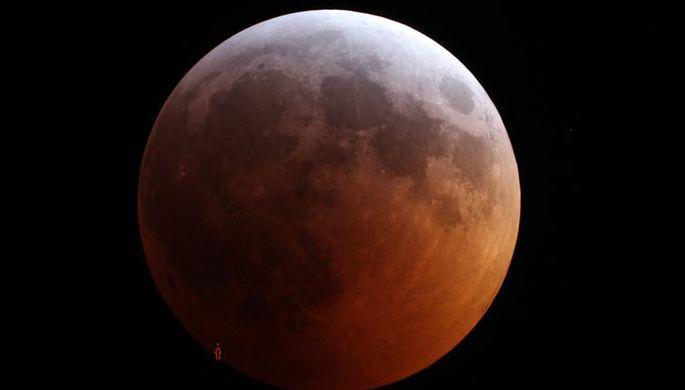 Во время затмения на Луну упал метеорит