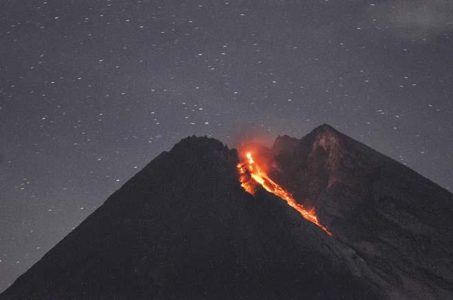 Индонезийский вулкан Мерапи выбросил мощный поток лавы