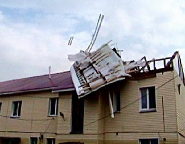 Его порывы достигали 30 метров в секунду.  Крыши с домов срывало вместе с креплениями.