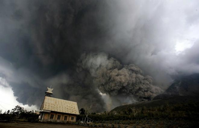 Индонезийский вулкан Синабунг выбросил мощные пирокластические потоки CVAVR AVR CodeVision cvavr.ru