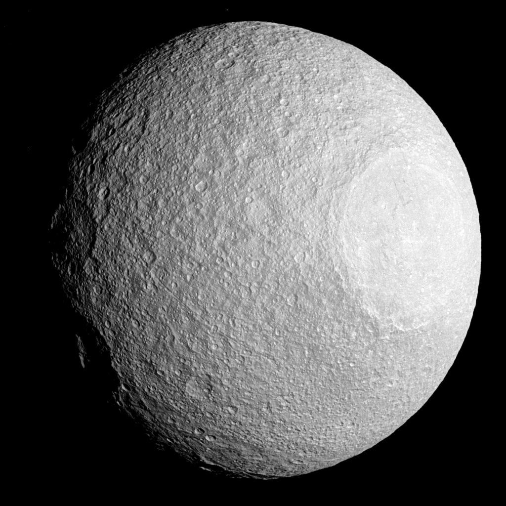 Станция Cassini прислала фотографию сатурнианской Тефии