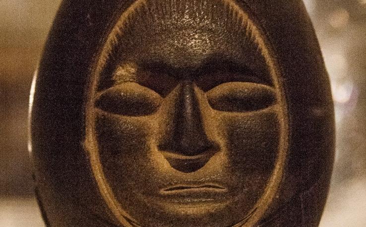 Каменное яйцо с человеческим лицом