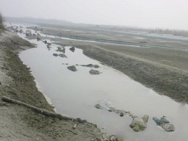 Поверхность реки ганг на севере индии