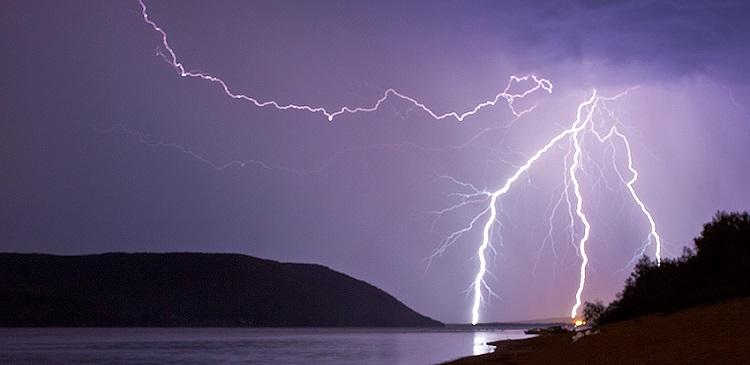 Жертвами удара молнии на бразильском пляже стали четыре человека CVAVR AVR CodeVision cvavr.ru
