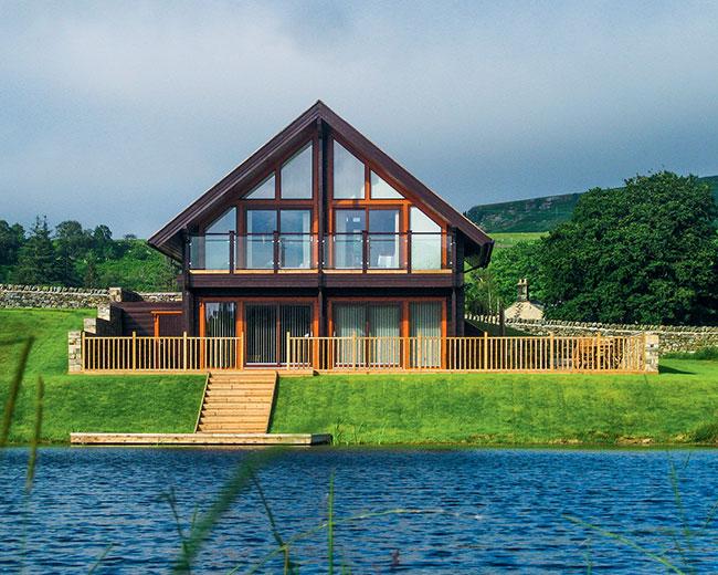 дом у озера в рыбацком