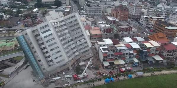 Последствия мощного землетрясения в Тайване