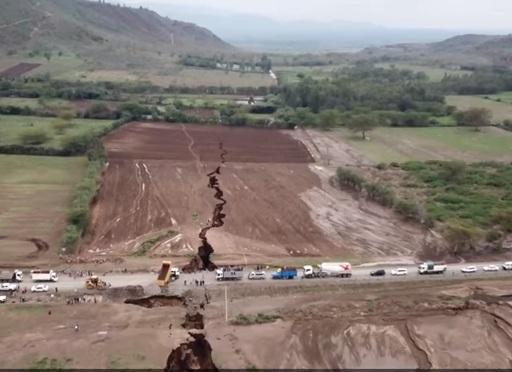 В Кении на поверхности земли появилась огромная трещина