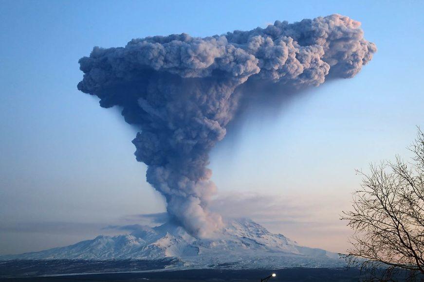 Вулкан Шивелуч выбросил пар и пепел