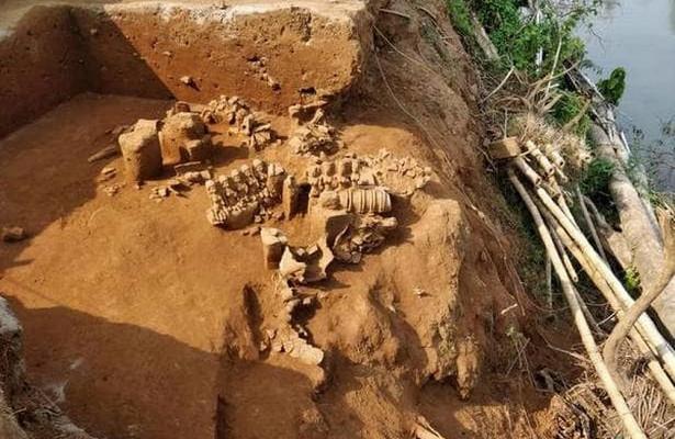 В Индии наводнение помогло найти древние статуи