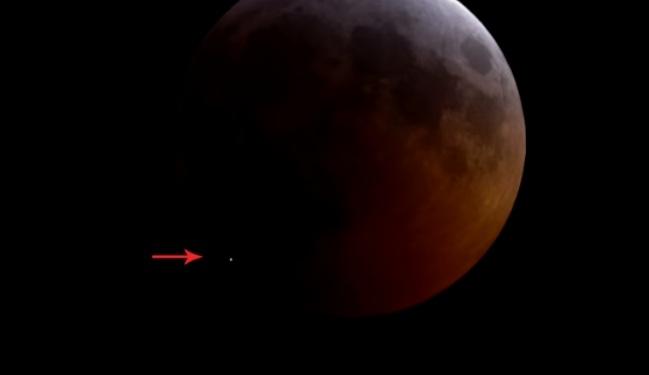 В Луну врезался метеорит