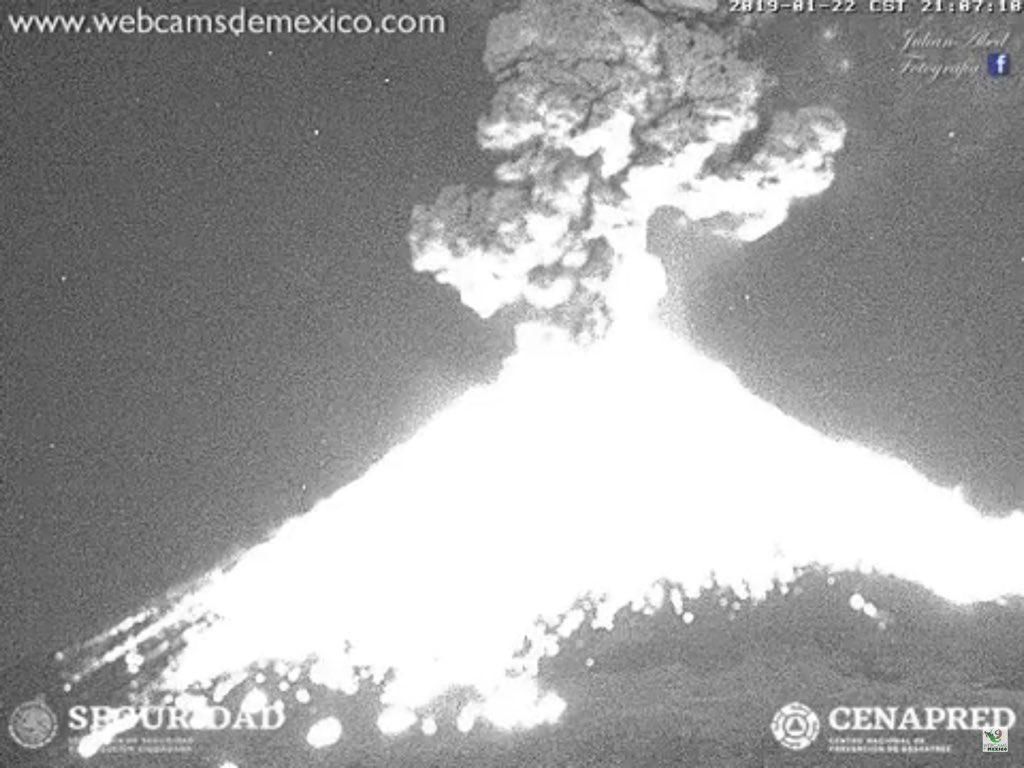 В Мексике началось извержение вулкана Попокатепетль