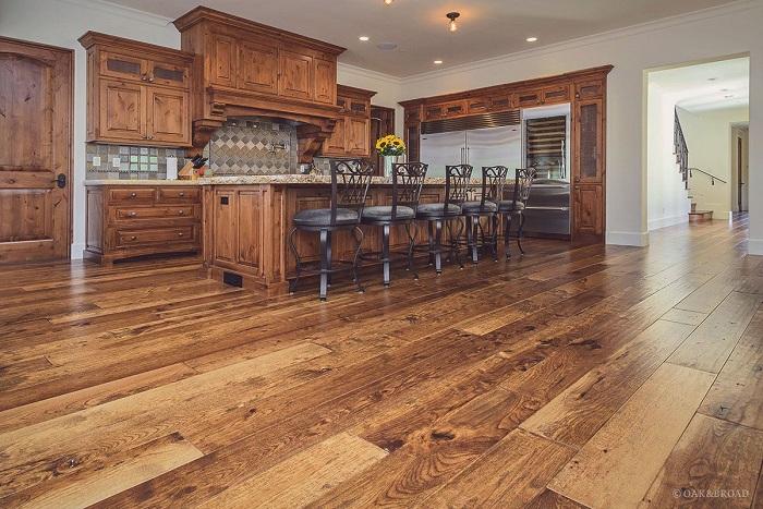 Деревянные полы на кухне