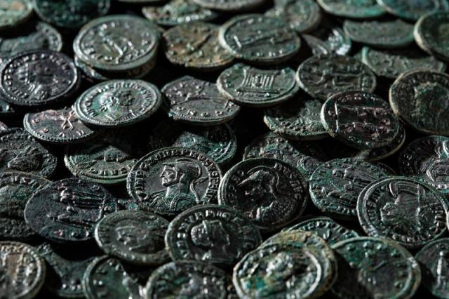 Швейцарец нашел в саду клад из 4 тысяч древних монет
