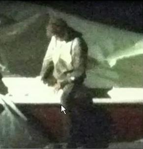 Wissen Sie nur, wo das Problem liegt? Und Tatsache ist, dass aus dem Hubschrauber der Journalisten einer Fernsehgesellschaft derselbe Tsarnaev lebt, gesund ist und alleine sitzt, als wäre nichts passiert.