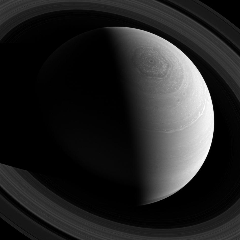 Космический аппарат Кассини продолжает исследовать Сатурн и его кольца