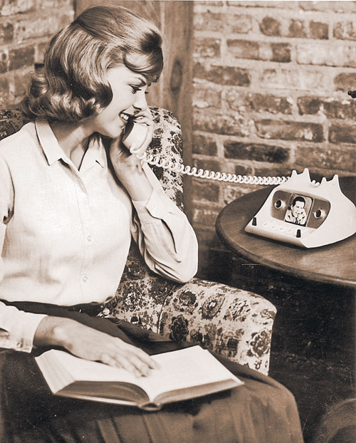 Некоторые современники - из числа дизайнеров - восприняли прогноз Азимова насчет смартфонов буквально. Телефон с экраном? Извольте!