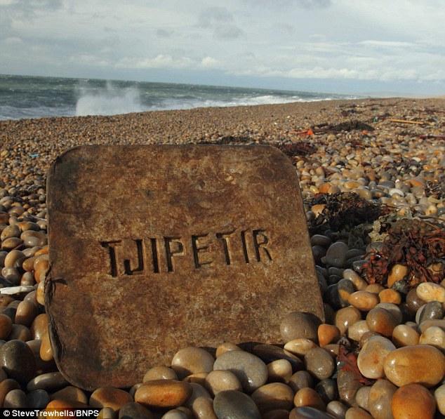 На пляжи Великобритании, Франции, Голландии и Швеции выбрасывает сотни резиновых ковриков 100-летней давности CVAVR AVR CodeVision cvavr.ru