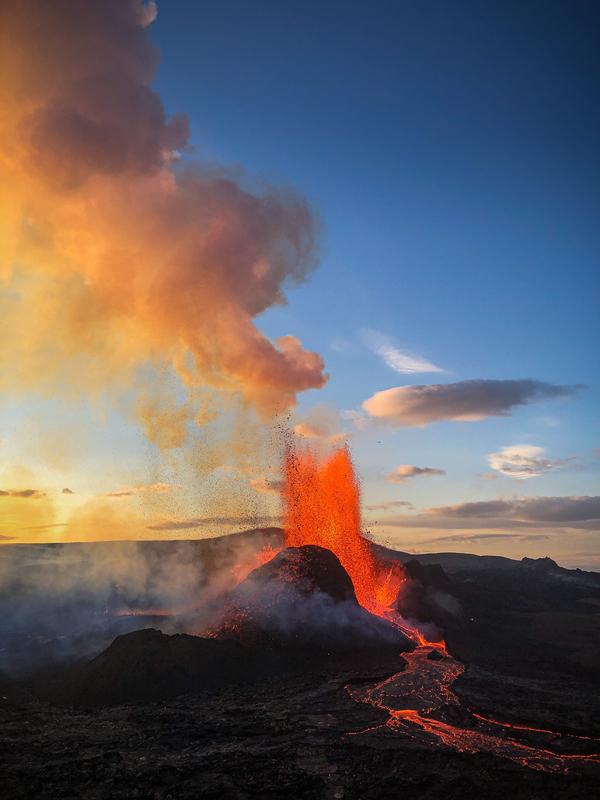 Исландия: Поток лавы в Фаградалсфьялле увеличился на 70 процентов на фоне продолжающегося извержения