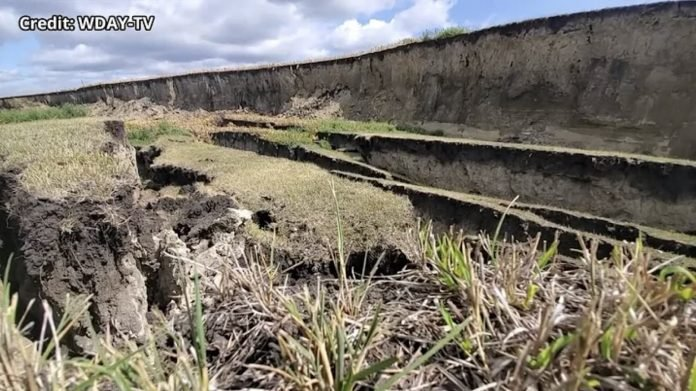 В американском штате Миннесота возникла огромная трещина глубиной 8 метров